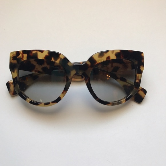 9f7ec1caa0 Prada Tortoise Shell Sunglasses. M 5abf8f6084b5ce1f072cad02